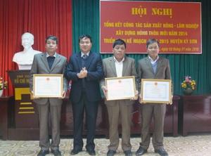 Lãnh đạo huyện Kỳ Sơn tặng giấy khen cho 3 tập thể xuất sắc trong thực hiện công tác xây dựng NTM.