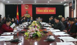 Đồng chí Bùi Văn Cửu, Phó Chủ tịch TT UBND tỉnh và các đại biểu tham dự hội nghị trực tuyến.