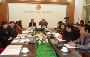 Đồng chí Bùi Văn Cửu, Phó Chủ tịch UBND tỉnh và lãnh đạo, đại diện các sở, ban, ngành tại điểm cầu Hoà Bình.