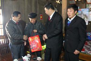 Đoàn công tác thăm hỏi, tặng quà Tết cho người có uy tín trong cộng đồng xóm Trà Đáy, xã Pà Cò.