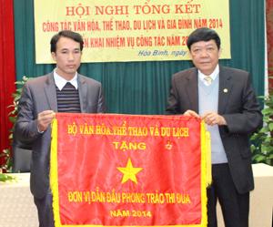 Thừa uỷ quyền, đồng chí Bùi Ngọc Lâm, Giám đốc Sở VH - TT & DL trao cờ thi đua của Bộ VH- TT & DL cho phòng VHTT huyện Kỳ Sơn.