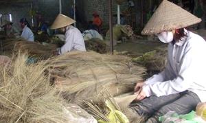 Phụ nữ xã Hợp Thịnh (Kỳ Sơn) làm thêm nghề đan chổi chít cho thu nhập bình quân từ 2 - 2,5 triệu đồng/người/tháng.