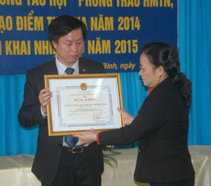 Đồng chí Đinh Thị Đào, Chủ tịch Hội CTĐ tỉnh trao bằng khen của UBND tỉnh cho tập thể cán bộ, nhân viên Ngân hàng VP Bank (đơn vị đã tặng 1.700 chiếc cặp cho học sinh nghèo).
