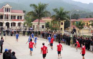 Giải bóng chuyền truyền thống huyện Đà Bắc năm 2014 thu hút đông đảo VĐV, cổ động viên.