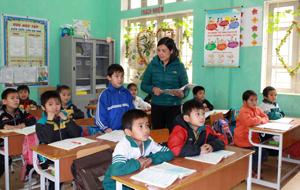 """Cô giáo Nguyễn Thị Bích Thủy (trường tiểu học  Lạc Lương -  Yên Thuỷ) là giáo viên dạy giỏi cấp tỉnh, có nhiều đóng góp trong phong trào thi đua """"Hai tốt""""."""