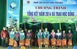 Các tình nguyện viên quốc tịch Hàn Quốc, Mỹ trao học bổng  và quà cho các em học sinh đạt thành tích xuất sắc trong học tập năm 2014 tại Trung tâm VHTTN.