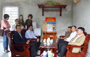 Vợ chồng người thương binh Nguyễn Kỳ Đạt (xóm Châu Dể, xã Hợp Châu,  huyện Lương Sơn) vui mừng dọn về ngôi nhà mới.