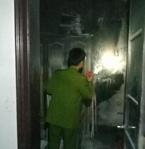Cảnh sát PCCC&CN, CH khám nghiệm hiện trường sau vụ cháy.