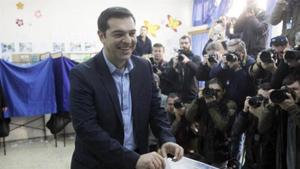 Lãnh đạo đảng cánh tả Syriza A.Xi-prát bỏ phiếu tại một điểm bầu cử ở thủ đô A-ten, Hy Lạp. Ảnh EFE