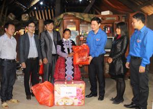 Đại diện lãnh đạo Tỉnh đoàn tặng quà cho gia đình đoàn viên nghèo ở xã Hang Kia.