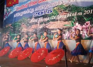 Một tiết mục trong đêm diễn liên hoan văn nghệ tại xã Ngọc Sơn, huyện Lạc Sơn.