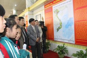 Các đồng chí lãnh đạo UBND tỉnh cùng các sở, ngành tham quan các hiện vật tại phòng trưng bày.
