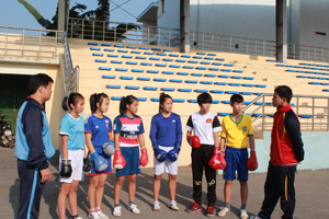 HLV, VĐV đội tuyển bôxing tỉnh trao đổi về việc triển khai kế hoạch tập luyện và thi đấu mùa giải năm 2015.