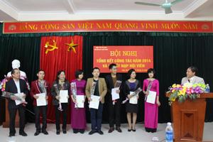 Đại diện Hội trao thẻ cho các hội viên mới kết nạp.