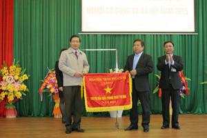Thừa uỷ quyền của Bộ LĐ-TB&XH, đồng chí Bùi Văn Cửu, Phó Chủ tịch TT UBND tỉnh trao Cờ đơn vị dẫn đầu phong trào thi đua năm 2014 cho Sở.