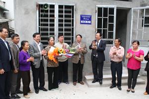 Lãnh đạo Báo Xây dựng, Công đoàn ngành GT -VT, Tổng Công ty Sông Đà bàn giao nhà cho gia đình bà Vũ Thị Vân.