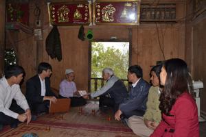 Lãnh đạo UBMTTQ tỉnh trao quà cho gia đình bà Nguyễn Thị Lan, xóm Vôi, xã Thái Thịnh, TPHB.