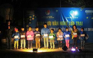 Đoàn tình nguyện tặng học bổng cho các em học sinh xã Thung Nai, huyện Cao Phong.