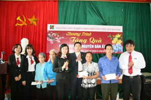 Agribannk Hòa Bình tặng quà cho những hộ khó khăn tại xã Tiền Phong (Đà Bắc).