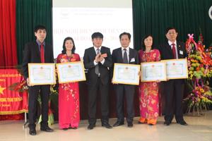 Lãnh đạo Công ty trao giấy khen cho các tập thể, cá nhân đạt danh hiệu chiến sỹ thi đua cơ sở  năm 2014.