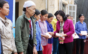 Đồng chí Bùi Thị Thanh, Phó Chủ tịch UBT.Ư MTTQ Việt Nam tặng quà cho các hộ nghèo xã Chí Đạo, huyện Lạc Sơn.