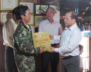 Lãnh đạo huyện Cao Phong tặng quà cho nhân dân xã Bình Thanh, Thung Nai di dân vào huyện Ngọc Hồi (Kon Tum) phát triển kinh tế.