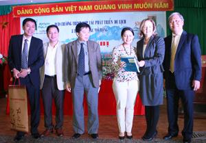 Đồng chí Nguyễn Văn Chương, Phó Chủ tịch UBND tỉnh và đại diện BQL dự án EU, Công ty CP Du lịch Hòa Bình tham gia hội nghị.