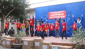 Sinh viên Trường đại học Lao động - Xã hội và các em nhỏ đang được nuôi dưỡng, chăm sóc tại Trung tâm Công tác xã hội tỉnh giao lưu văn nghệ.