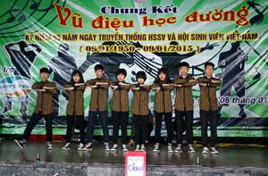 Tiết mục đạt giải nhất của trường THPT Chuyên Hoàng Văn Thụ.