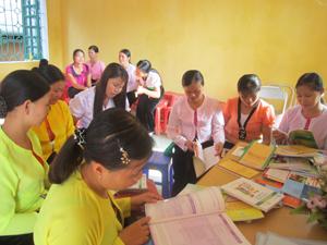 Hội viên phụ nữ huyện Kim Bôi tìm hiểu kiến thức về môi trường nông thôn tại ngày hội văn hóa đọc năm 2014.