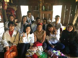 Hội Từ Thiện Thật đến thăm, tặng quà gia đình chị Bùi Thị Hiển, xóm Lở 1, xã Lũng Vân (Tân Lạc).
