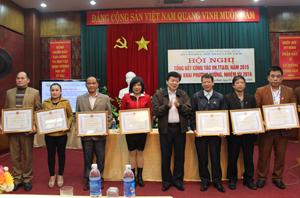 Đồng chí Nguyễn Văn Chương, Phó Chủ tịch UBND tỉnh trao Bằng khen của UBND tỉnh cho 7 tập thể có thành tích xuất sắc trong phong trào thi đua năm 2014.