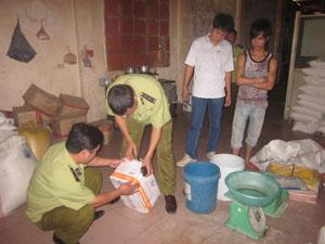 Lực lượng QLTT huyện Lạc Sơn kiểm tra chuyên đề vệ sinh an toàn thực phẩm trên địa bàn.