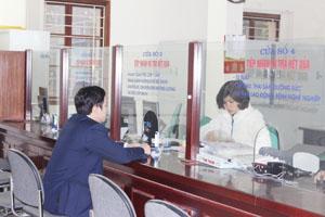 """Các đơn vị đến đăng ký tham gia BHXH cho người lao động tại bộ phận """"một cửa"""" của BHXH tỉnh."""