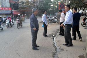 Cán bộ Sở GT - VT đơn vị thi công và đại diện tổ dân phố số 1, phường Đồng Tiến kiểm tra hiện trường nước thải tràn ra đường.