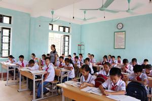 100% giáo viên THCS có trình độ đạt chuẩn và vượt chuẩn. ảnh giờ lên lớp của cô trò trường THCS thị trấn Cao Phong.