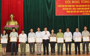 """Lãnh đạo huyện Cao Phong trao giấy khen của UBND huyện cho các tập thể và cá nhân có thành tích xuất sắc trong phong trào """"Toàn dân đoàn kết xây dựng đời sống văn hoá"""" (giai đoạn 2010-2015)."""
