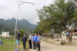 Huyện Đoàn Mai Châu gắn biển nghiệm thu, bàn giao công trình đường điện thắp sáng xóm Lác, xã Chiềng Châu.