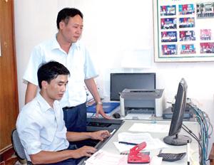 BHXH huyện Yên Thủy đẩy mạnh ứng dụng công nghệ - thông tin  trong kiểm tra, rà soát in, cấp thẻ BHYT cho người dân.Hồng Nhung