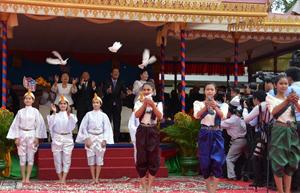 hủ tịch Quốc hội Heng Samrin (trái) và Thủ tướng Hun Sen cùng phu nhân thả chim hòa bình tại lễ kỷ niệm.