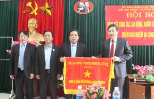 Thừa ủy quyền Bộ trưởng Bộ LĐ-TB&XH đồng chí Bùi Văn Cửu, Phó Chủ tịch TT UBND tỉnh trao cờ dẫn đầu phong trào thi đua năm 2015 cho Sở LĐ-TB&XH
