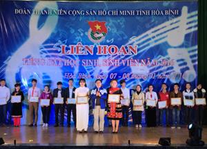 Đại diện lãnh đạo Tỉnh đoàn trao giải nhất cho 2 thí sinh xuất sắc tại hội thi.