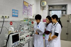 Thăm, khám, kiểm tra sức khỏe một cách tỉ mỉ cho bé là việc làm hàng ngày của các y, bác sỹ Khoa sơ sinh (Bệnh viện Đa khoa tỉnh).