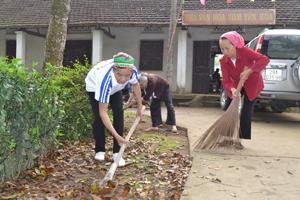 Hưởng ứng phong trào chung tay bảo vệ môi trường, hàng tháng, hội viên NCT chi hội Yên Hòa, xã Yên Lạc (Yên Thủy) tổ chức quét dọn khu vực nhà văn hóa xóm.