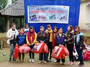 Hội đồng hương Kim Bôi, CLB từ thiện Từ tâm trao quà cho các gia đình có hoàn cảnh khó khăn.