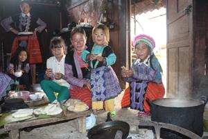 Bánh dày món ăn truyền thống không thể thiếu trong tết cổ truyền của đồng bào Mông Hang Kia.
