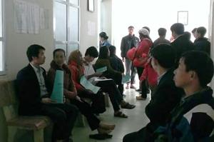 Người dân khám, điều trị bằng BHYT tại Bệnh viện Đa khoa huyện Tân Lạc.