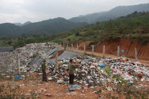 Rất nhiều rác thải đổ ngay trên đường, trên miệng hố rác không qua xử lý nên bốc mùi hôi thối. Theo ý kiến của người dân xóm Muối, đó là một nguyên nhân khiến mùi hôi phát tán khắp xóm.