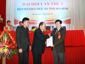 Đồng chí Nguyễn Văn Chương, Phó Chủ tịch UBND tỉnh trao Quyết định thành lập Hiệp hội khai thác đá tỉnh Hòa Bình cho đại diện Hiệp hội