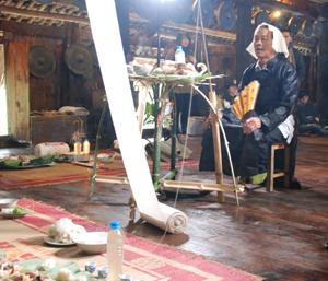 Thầy Mo làm lễ mát nhà tại Nhà Lang.